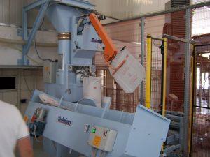 Automatyczna maszyna pakująca produkt o wadze 25-50 kg w worki wentylowe.