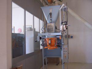 Półautomat pakujący produkt w worki otwarte o wadze 15-50 kg.