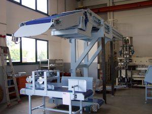 Moduł prasowania zapakowanych worków, automatyczny taśmociąg podawania zapakowanych worków na samochód dostawczy